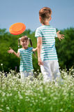 Children playing frisbee Royalty Free Stock Photography
