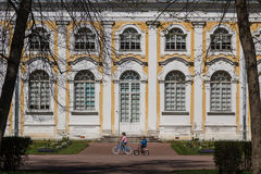 Children playing in front of building Royalty Free Stock Photos