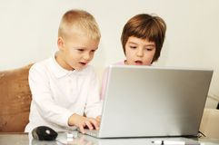 Children playing games on laptop computer Stock Photos