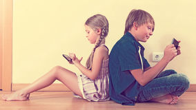 Children playing in mobile phones Royalty Free Stock Photography