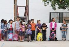 Children przy szkoła sądem obraz royalty free