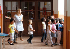 Children przy szkolnym patrzeje okno obrazy stock
