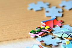 Children& x27 ; puzzles de s sur un fond en bois Photos stock