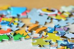 Children& x27 ; puzzles de s sur un fond en bois Images libres de droits