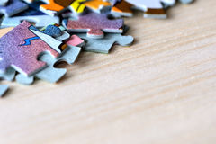 Children& x27 ; puzzles de s sur un fond en bois Image libre de droits