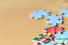 Children& x27 ; puzzles de s sur un fond en bois Photo libre de droits