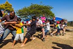 Children rodziców zażartej rywalizaci sportów Linowy dzień Zdjęcie Stock