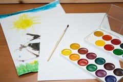 Children rysunki, czysty prześcieradło i atramentu rysunek z muśnięciem na stole, Fotografia Royalty Free