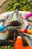 Children& x27; s手感人的著名雕象 库存图片