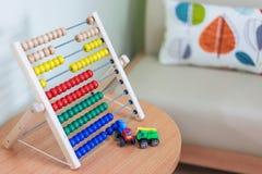 Children& x27; s教室和玩具由明亮的木头制成 图库摄影