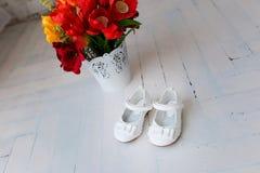 Children& x27; s白色鞋子 库存照片