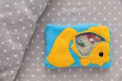 Children& x27; s软的玩具金鱼由肌肉发展训练的色的羊毛制成 袋子充满塑料小珠和小雕象 免版税库存照片