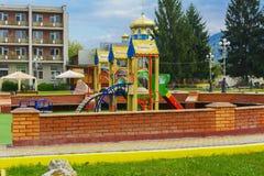 Children& x27; s boisko w centrum miasto obraz stock