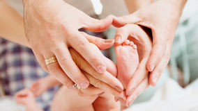 Children&-39; s cieki w rękach matka i Zdjęcie Stock