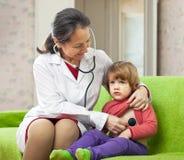 Children's doctor examining child Royalty Free Stock Photos