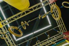 Children& x27; s-hinderkurs Cirklar, cylindrar och st?ttande strukturer Selektivt fokusera arkivfoton
