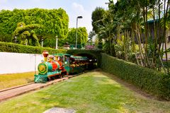 Children& x27; s pociąg przy Wymarzonym słowo parkiem fotografia stock