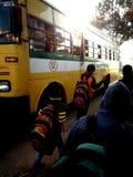Children& x27; s-Reise in Richtung zum Haus mit Schulfreunden stockbilder