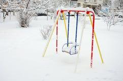 Children& x27; s-Schwingen, mit einer starken Schneeschicht nach schwere Schneefälle umfasst Stockfoto