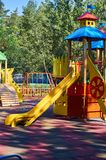children& x27; s speelplaats in een openbaar park, kid& x27; s vermaak en recreatie stock foto's
