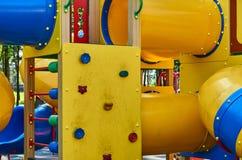 children& x27; s speelplaats in een openbaar park, kid& x27; s vermaak en recreatie stock foto