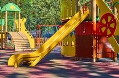 children' s speelplaats in een openbaar park, kid' s vermaak en recreatie stock foto's