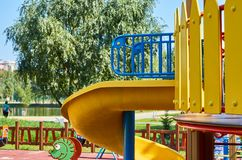 children& x27; s speelplaats in een openbaar park, kid& x27; s vermaak en recreatie stock fotografie