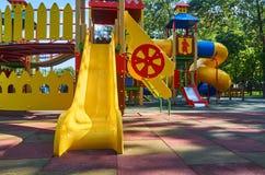 children' s speelplaats in een openbaar park, kid' s vermaak en recreatie royalty-vrije stock fotografie