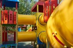 children' s speelplaats in een openbaar park, kid' s vermaak en recreatie stock afbeeldingen