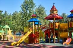children' s speelplaats in een openbaar park, kid' s vermaak en recreatie stock afbeelding