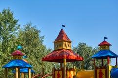 children' s speelplaats in een openbaar park, kid' s vermaak en recreatie stock foto