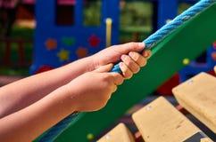 children& x27; s speelplaats in een openbaar park, kid& x27; s vermaak en recreatie, alpinisme opleiding stock foto
