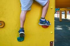 children& x27; s speelplaats in een openbaar park, kid& x27; s vermaak en recreatie, alpinisme opleiding, met kid& x27; s been stock afbeeldingen
