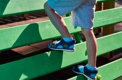 children& x27; s speelplaats in een openbaar park, kid& x27; s vermaak en recreatie, alpinisme opleiding, met kid& x27; s been stock foto's
