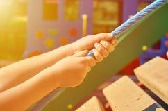 children& x27; s speelplaats in een openbaar park, kid& x27; s vermaak en recreatie, alpinisme opleiding, zonlichteffect royalty-vrije stock foto's