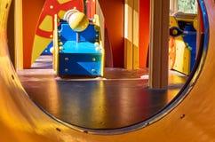 children' s speelplaats in een openbaar park, kid' s vermaak en recreatie, binnenmening stock foto