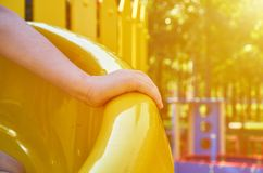 children& x27; s speelplaats in een openbaar park, kid& x27; s vermaak en recreatie met kid& x27; s hand, zonlichteffect stock afbeeldingen