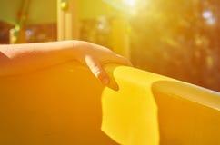 children& x27; s speelplaats in een openbaar park, kid& x27; s vermaak en recreatie met kid& x27; s hand, zonlichteffect stock afbeelding