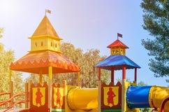 children' s speelplaats in een openbaar park, kid' s vermaak en recreatie, zonlichteffect stock fotografie