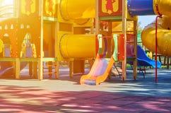 children' s speelplaats in een openbaar park, kid' s vermaak en recreatie, zonlichteffect royalty-vrije stock fotografie
