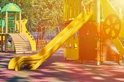 children' s speelplaats in een openbaar park, kid' s vermaak en recreatie, zonlichteffect royalty-vrije stock afbeelding