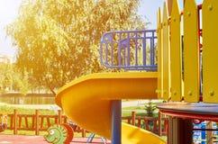 children& x27; s speelplaats in een openbaar park, kid& x27; s vermaak en recreatie, zonlichteffect royalty-vrije stock afbeeldingen