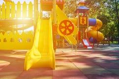 children' s speelplaats in een openbaar park, kid' s vermaak en recreatie, zonlichteffect stock foto's