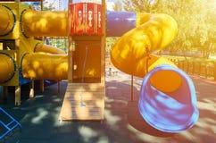 children& x27; s speelplaats in een openbaar park, kid& x27; s vermaak en recreatie, zonlichteffect stock afbeelding
