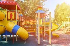 children& x27; s speelplaats in een openbaar park, kid& x27; s vermaak en recreatie, zonlichteffect stock foto