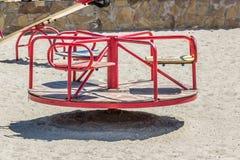 Children& x27; s-Spielplatz, Schwingen im Sand Lizenzfreies Stockbild