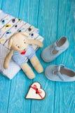 Children& x27; s-Spielzeugbär, Lebkuchenherz und Kleidung Lizenzfreie Stockbilder