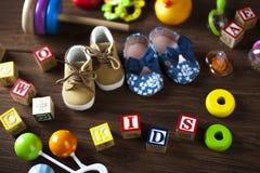 Children& x27; s-Weltspielzeug auf einem hölzernen Hintergrund Stockbilder