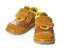 Children& x27; scarpe di s isolate sopra i precedenti bianchi Fotografia Stock Libera da Diritti
