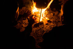 Children sit around the campfire at night Royalty Free Stock Photos